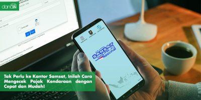 Danain-Cara_mengecek_pajak_kendaraan_melalui_handphone-gambar orang buka handphone