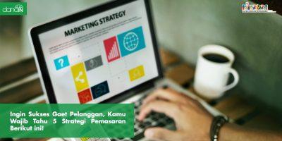 Danain-strategi_pemasaran-gambar orang membuka laptop